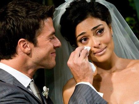 Dudu enxuga as lágrimas da noiva, maquiada por Alê de Souza
