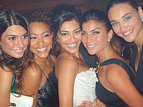 Juliana entre as amigas Thayla Ayala, Sheron Menezes, Joana Balaguer e Débora Nascimento