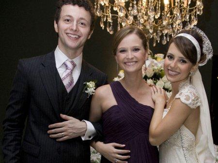 Fernanda Rodrigues entre os noivos
