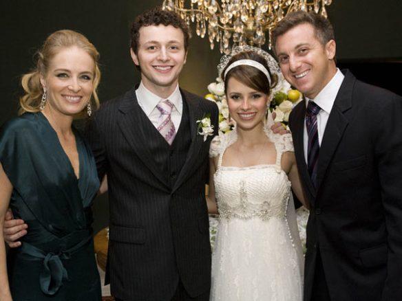 Os noivos entre o casal Angélica e Luciano
