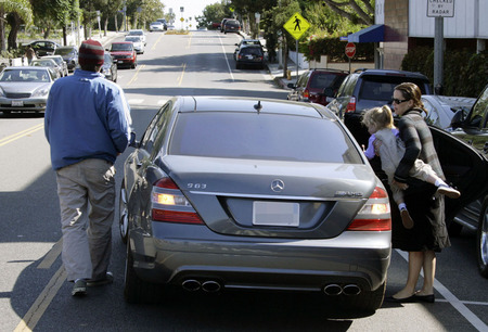 Ben Affleck, Jen e Violet em um Mercedes S63