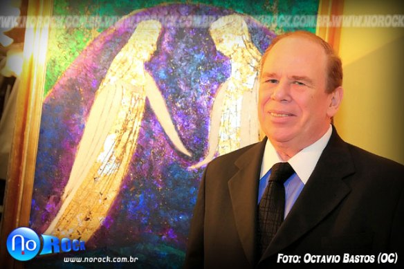 o pintor Gregory Fink à frente de um de seus quadros