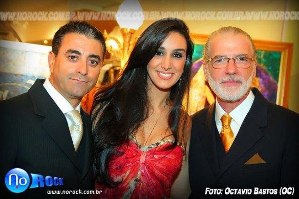 a cantora Marina Elali entre os sócios José Teixeira e Jorge Fernandes